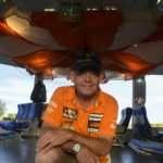 El arquitecto que con viejas partes de aviones diseñó un bar temático